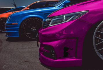 Service Gebrauchtwagen An- und Verkauf - Bild Autos Pink, Blau, Rot - Bild KFZ Kennzeichen mit TÜV Plakette